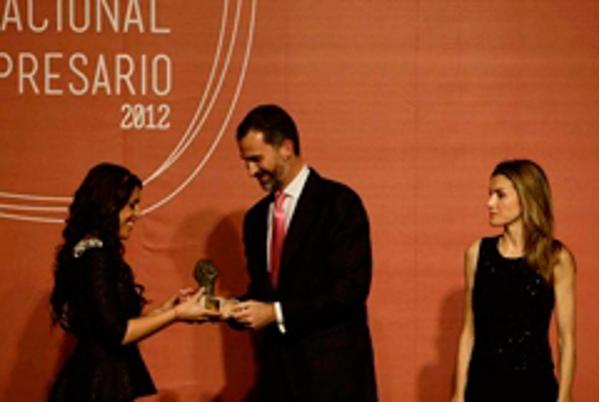 Inmaculada Almeida recibe el premio al XIII Premio Nacional Joven 2012
